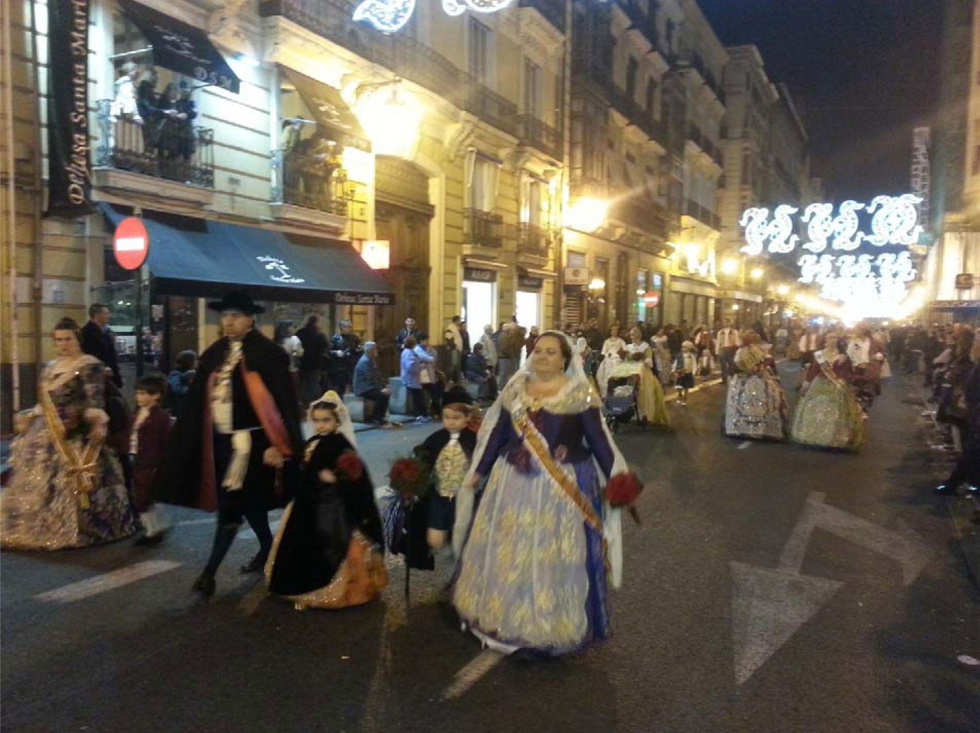 Festumzug (Ofrena de Flores) in traditionellen Gewändern