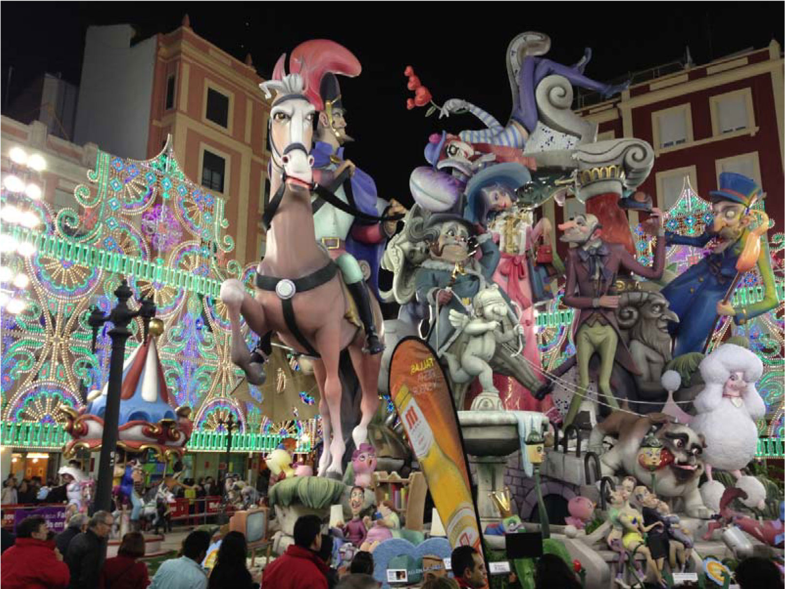Die Fallas, die kunstvollen Pappmaché-Figuren, die dem Fest seinen Namen geben